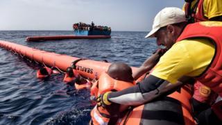 محاولة لانتشال مهاجر من عرض البحر