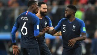 Paul Pogba, Adil Rami ve Samuel Umtiti Fransa'nın finale çıkışını kutluyor.