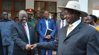 Rais Museveni wa Uganda na Rais Magufuli walisaini mkataba wakuanza mradi wa bomba la mafuta ghafi mwezi Mei