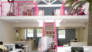 مكتب عمل يضم ألوانا مختلفة وإضاءة طبيعية