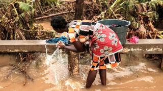 Umudamu ariko aramesura mu mazi acafuye i Buzi muri Mozambique, itariki 23/03/2019
