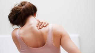 Mujer con dolor en el hombro