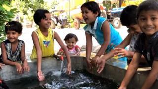 પાણીમાં રમતાં બાળકો