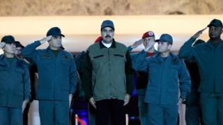 maduro flanked by soldiers