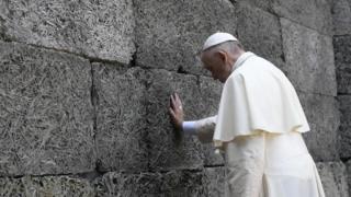 """папа римский у """"стены смерти"""" в Освенциме"""
