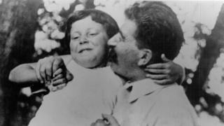 Svetlana de pequeña con su padre Joseph Stallin. (Foto: cortesía Chrese Evans)