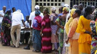 Guineans line up to cast their ballots in the presidential elections in Conakry, Guinea 11 October 2015.
