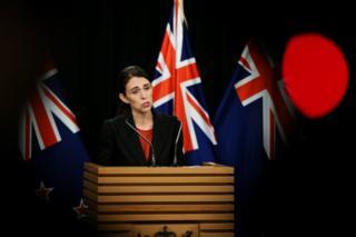 رئيس الوزراء جاكين آردرن يتحدث إلى وسائل الإعلام في مؤتمر صحفي في ولنجتون ، نيوزيلندا