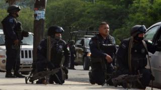 Policías intentan controlar la situación en la cárcel
