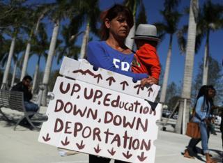 Mulher protesta contra Donald Trump na Flórida