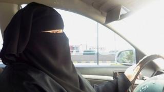 سيدة تقود سيارة في الرياض