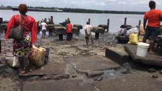 Passengers wey wan enta boat for Abonnema wharf jetty
