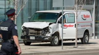 Van amassada usada para atropelar pessoas em Toronto