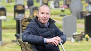 Colin Campbell en un cementerio.