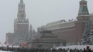 صورة من الأرشيف يعبر فيها أنصار الحزب الشيوعي الروسي عن تبجيلهم لقبر ستالين