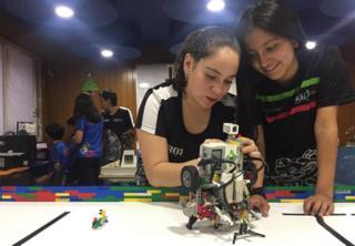 Dos estudiantes de Robotecnia.