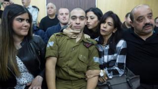 Elor Azaria, ailesiyle birlikte mahkeme salonunda