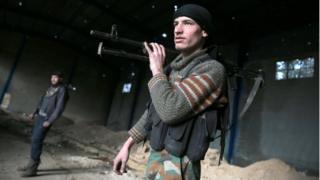 شورشیان در روستای ریحان در نزدیکی شهر تحت محاصره دوما در شرق دمشق در چهارمین روز آتش بس