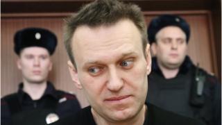 Алексей Навальный на фоне полицейских