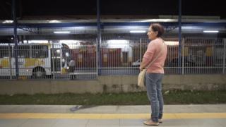 Empregada doméstica Marlene Fernandes de Lima aguardando trem na estação Ferraz de Vasconcelos