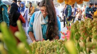 ঢাকার শাহবাগে ফুলের বাজারে গতকাল ফুল কিনছেন এক তরুণী।