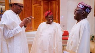 Aarẹ Muhammadu Buhari, Oloye Bisi Akande Akande ati Asiwaju Bọla Tinubu n sọrọ