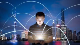 Una ilustración de una persona conectada en China con una tableta