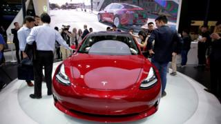 خودروی مدل ۳ تسلا در نمایشگاه اتومبیل چین در سال ۲۰۱۸
