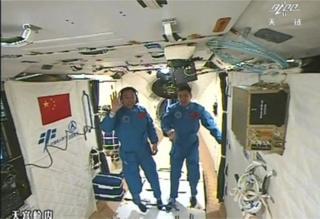 تلویزیون دولتی چین صبح چهارشنبه تصاویر زنده ویدئویی از پهلوگیری و ورود فضانوردان به ایستگاه را نشان داد