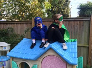 Дети на крыше игрового домика