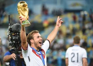 Mario Gotze con un trofeo