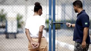 Chica voltando para sua cela