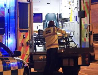 Suben a un herido a una ambulancia