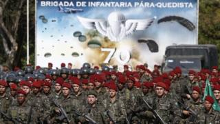 Members of the Brazilian Army's paratroopers, which will be part of the security forces deployed during the 2016 Rio Olympics, take part in an official ceremony of presentation in Rio de Janeiro (08/07/2016).
