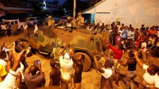 ガンビア首都に到着したECOWAS合同軍に歓声を上げる市民たち(22日)