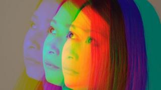 El rostro de una persona repetido en varios colores