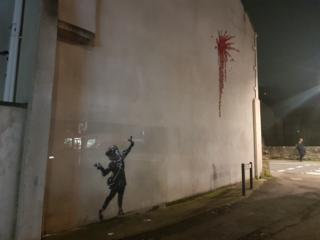 Защитный экран на граффити Бэнкси