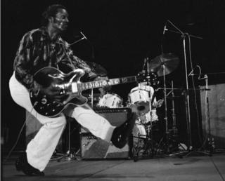 Chuck Berry tocando la guitarra en Vienne, Francia, el 10 de julio de 1981.