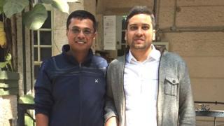 कोरमंगला में अपने पहले दफ़्तर के बाहर खड़े सचिन और बिन्नी