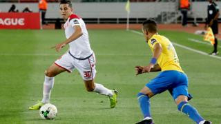 Mohammed Nahiri (G) de Wydad Athletic Club (WAC) face à Leandro Sirino (D) de Sundowns au match aller au Maroc.