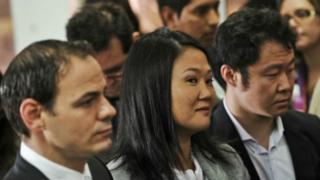 Keiko Fujimori entre o marido e o irmão, Kenji