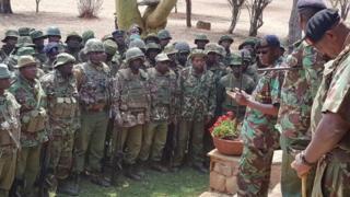 Joseph Boinnet (i buryo yambaye amarori yirabura), umukuru w'igipolisi ca Kenya