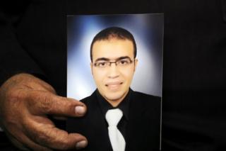 Reda al-Hamamy, ayah Abdullah al-Hamamy yang diduga melakukan serangan pada tentara di museum Louvre Paris, memegang foto anak lakki-lakinya dalam wawancara dengan Reuters di Daqahliya, Mesir 4 Februari