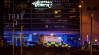 警车和救护车在曼彻斯特体育场外集结。