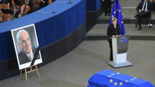 برای اولین بار مراسم یکی از رهبران اروپایی به این شکل در پارلمان اروپا برگزار میشد