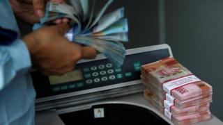 Melemahnya Rupiah terhadap dolar Amerika menyebabkan sejumlah importir mengubah rencana bisnis.