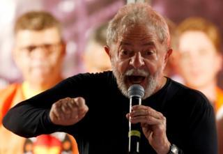 Lula em comício em Curitiba