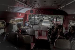 Lustrabotas en un bus