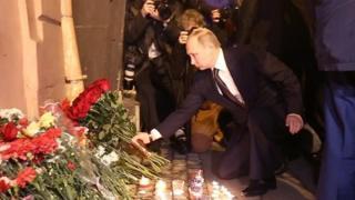 Lundi, une explosion dans une rame circulant entre deux stations d'une ligne fréquentée de Saint-Pétersbourg a fait 11 morts.