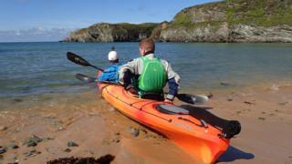 the pair set off the shore to kayak in the sea